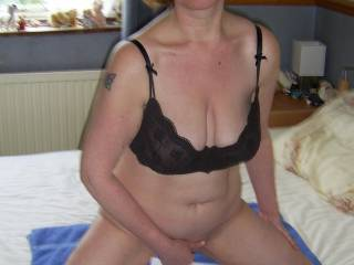 Here's my sexy Mrs getting ready to masturbate n squirt on some pics for Zoig members...Don't you think she's sexy?