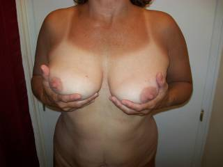 she has some great tits!! loved to suck on her stiff nipples! no need to be so shy at the beach ... :-)